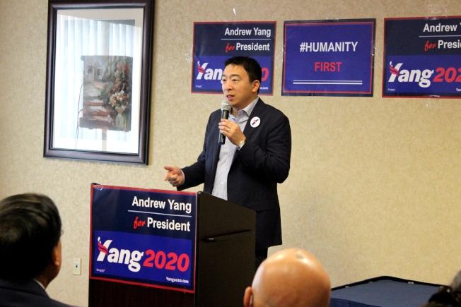 華裔民主黨籍總統參選人楊安澤(Andrew Yang)在休士頓募款餐會演說。(記者盧淑君/攝影)