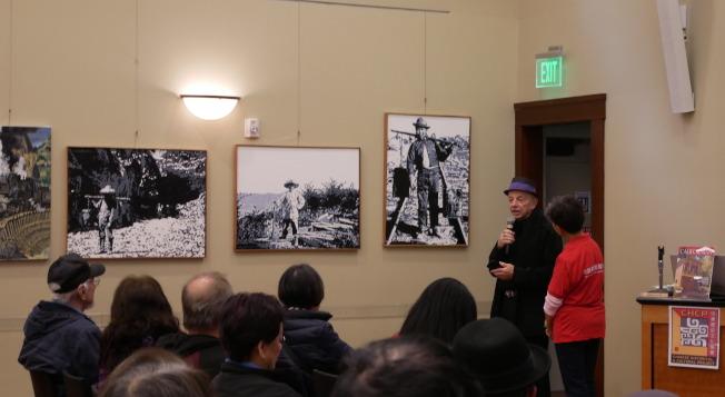 畫家佩里介紹他的三幅作品。(記者梁雨辰/攝影)