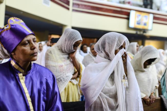 衣國宗教人士10日在加拿大多倫多的會所,為衣國航空墜機事件祈福。(美聯社)