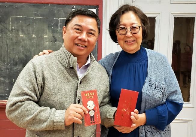 昭倫公所主席謝如鍵(左)喜獲國民黨波士頓分部主委張韻蘭贈送韓國瑜紅包,如獲至寶。(記者唐嘉麗/攝影)