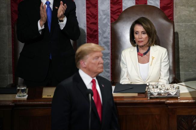 今年2日5日川普總統到國會發表國情咨文,波洛西(後右)注視著他。(美聯社)