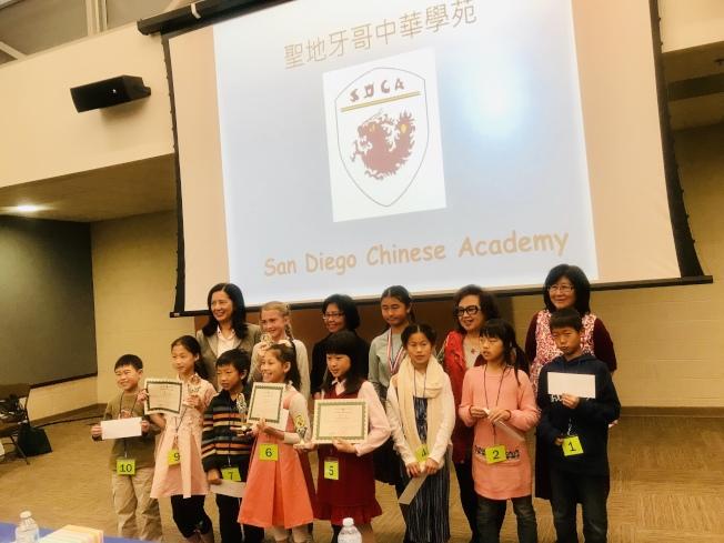 中華學苑中級組參賽者與評審合影。(讀者提供)