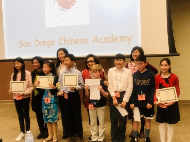 中華學苑高級B組參賽者與評審合影。(讀者提供)