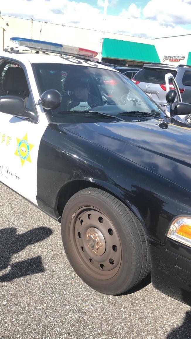 8日抢案发生后,洛县警方迅速赶到罗兰冈现场取证。(徐女士提供)