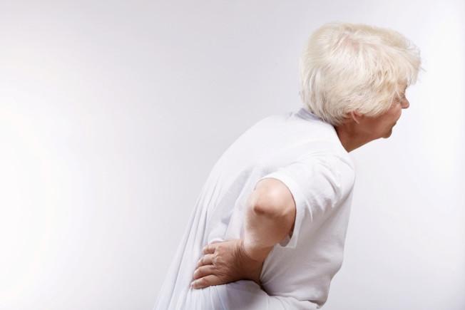 60歲以上易患骨質疏鬆症,80%為女性。(本報資料照片)