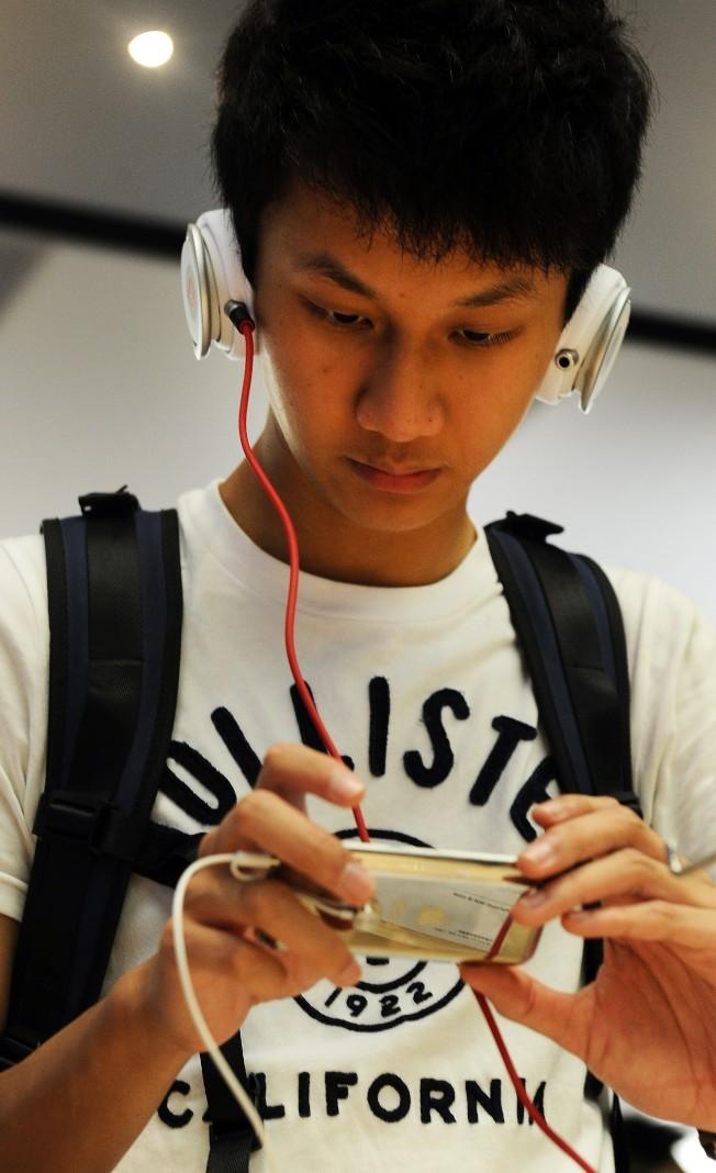 年輕人喜歡戴耳機,容易傷及聽力。(Getty Images)