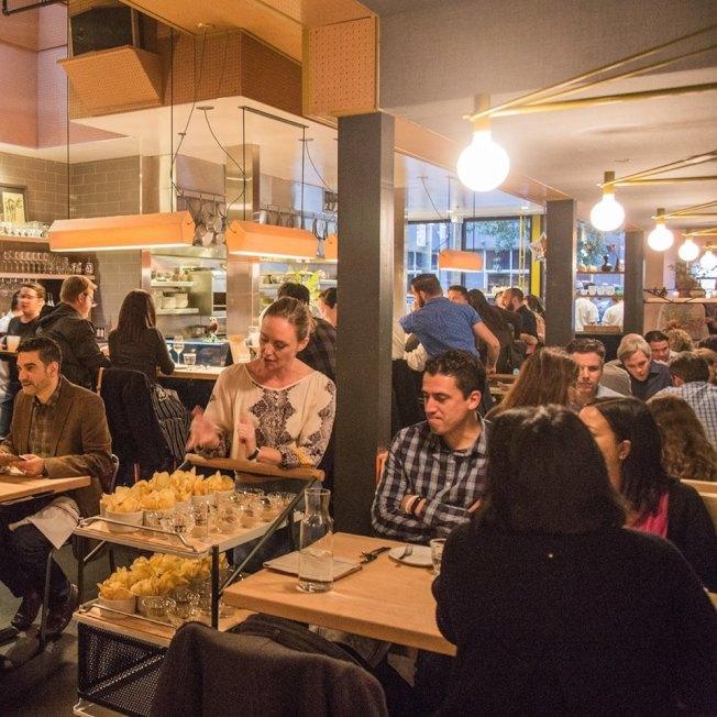 美食評論網站「Yelp」把舊金山列為饕客們的美食天堂。圖為該市一位難求的熱門餐廳State Bird Provisions。 (取自臉書)