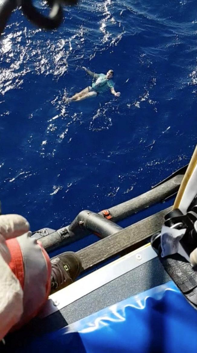 一名德國男子日前在紐西蘭乘船出海遊玩,卻因意外不慎落水,幸虧他及時想起救命要訣,脫下身上的牛仔褲做成救生圈,讓他得以在海面漂浮了幾個小時,最後順利等到救援直升機保住一條小命。路透