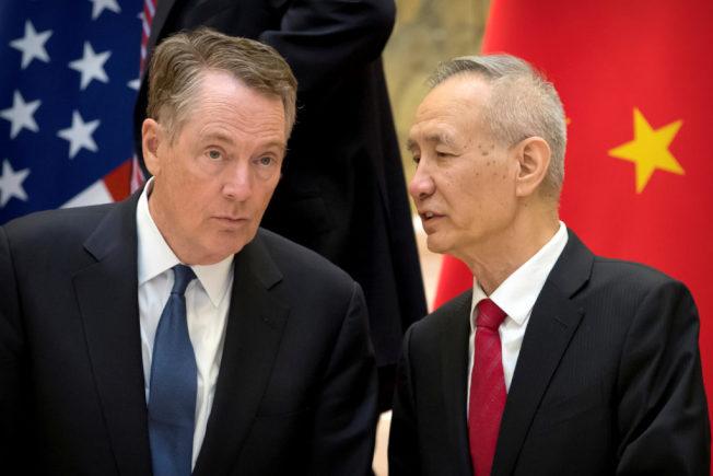 圖為今年2月中旬,賴海哲(左)在北京釣魚台國賓館跟中國副總理劉鶴交談畫面。美聯社