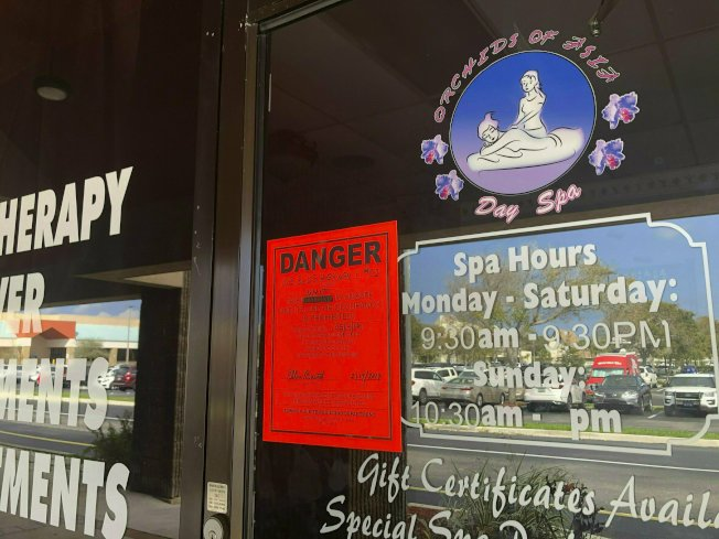 治安單位關閉「亞洲蘭花日間水療店」後,在該店玻璃貼上警告通知。(美聯社)
