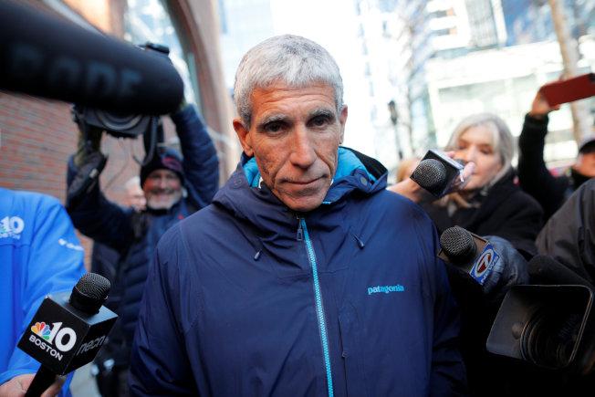 歷來最大規模的大學入學行賄舞弊案主嫌辛格在波士頓法院過堂後,離開法院。(路透)