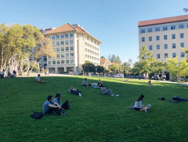 上名牌大學是家長與學生的夢想,傳出大規模行賄舞弊,大家都很關心。(記者李榮/攝影)