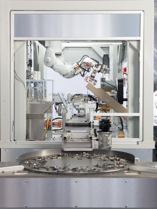 蘋果第二代拆解機器人Daisy在去年4月底首次亮相,可拆解9款iPhone機種。(取材自蘋果)