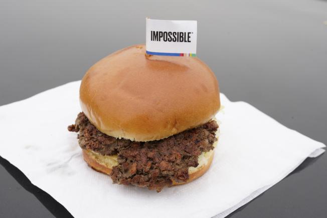 含有小麥蛋白、椰子油和馬鈴薯蛋白的「不可能漢堡」(Impossible Burger)。(美聯社)