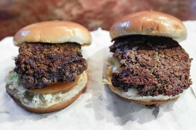 左邊是傳統的牛肉漢堡,右邊是含有小麥蛋白、椰子油和馬鈴薯蛋白的植物漢堡,稱為「不可能漢堡」(Impossible Burger)。(美聯社)