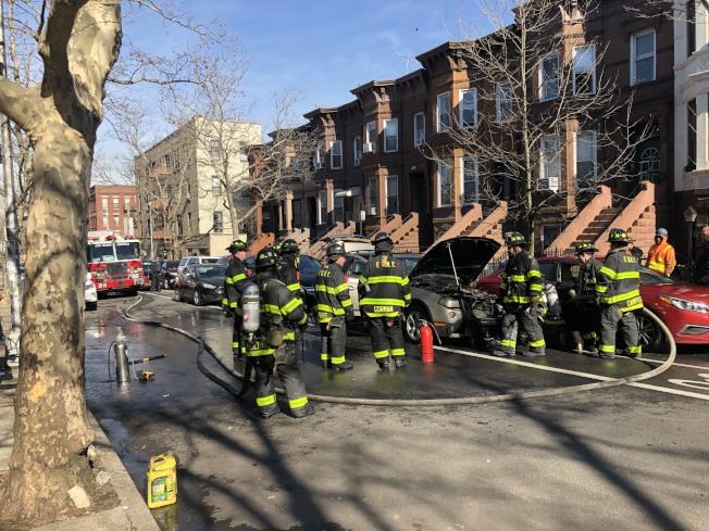 大批消防員圍著車子滅火。(讀者提供)