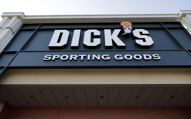 全美主要槍枝零售商「狄克運動用品店」12日宣布,旗下125間分店8月起不再販售槍枝。(美聯 社)