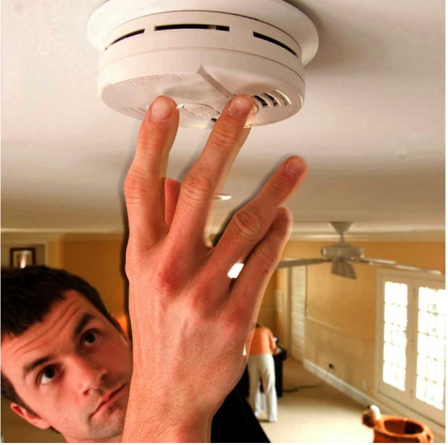 市消防局建議安裝同時能偵測煙霧與一氧化碳的煙霧探測器,全方位保障民眾安全。(取自Home Depot網站)