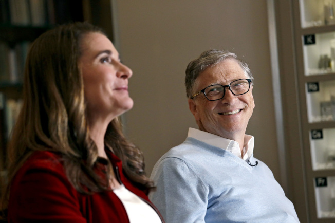 全球第二富有的微軟公司創辦人蓋茲(右)贊成有錢人多付稅,認為提高資本利得稅率最簡單。圖為他和妻子今年2月在華盛頓州接受採訪。(美聯社)