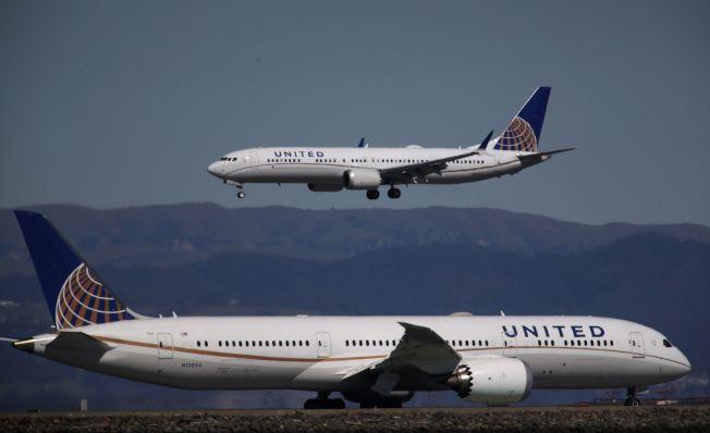 美国13日下令波音737 Max 8及Max 9型客机全面停飞,已在空中的班机,可飞抵目的地降落。图为联合航空公司波音Max 9型客机降落在加州旧金山机场。(Getty Images)