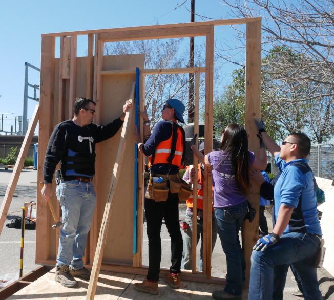 李卡多(左一)參與小房子建設。(記者梁雨辰/攝影)