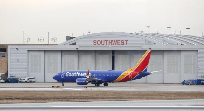 美國下令波音737 MAX 8及MAX 9型客機全面停飛,已在空中的班機,可飛抵目的地降落。圖為西南航空公司波音MAX 8型客機降落在芝加哥中途機場,準備進入維修機棚。(路透)