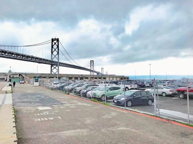 這個停車場位於海灣大橋下。(本報檔案照片)