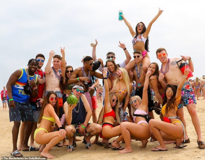 美國大學春假(Spring Break)登場,大學生湧入美國南方溫暖的海邊,把度假小鎮變成派對天堂,當地警方傷透腦筋。圖翻攝每日郵報