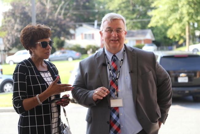 馬州最大公校系統「蒙郡公校」(MCPS)又惹上資優班錄取爭議。圖右為蒙郡公校系統學區總監史密斯(Jack Smith)。記者羅曉媛/攝影