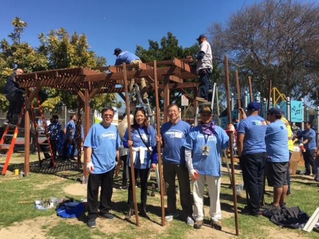 华人义工不缺席,当天一大早就参加儿童公园改造工程。(记者杨青/摄影)