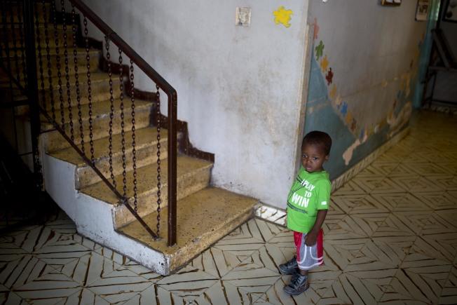 美國從海地領養的兒童從2017年的227人減少到去年的196人。圖為一名等待領養的海地兒童。(美聯社)