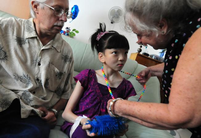 国务院最新资料显示,美国人领养外国儿童的人数连续第14年下降,去年领养华同的人数更猛降22%。图为美国夫妇戴维斯和领养自中国的女儿。(Getty Images)