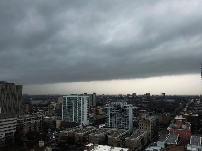 受到低氣壓影響,芝加哥14日烏雲密布,風雨交加。(特派員黃惠玲╱攝影)
