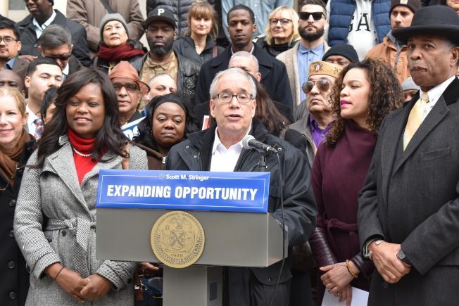 市主計長斯靜格14日在市政廳前廣場集會,呼籲市議會及每個市府機構安排一位首席多元文化官。(記者顏嘉瑩/攝影)