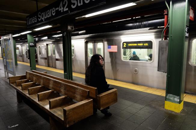 聖地牙哥加州大學的調查發現,越來越多美國人感到寂寞,而且感受寂寞的男女一樣多。圖為紐約市一名婦女獨自等候地鐵。(Getty Images)