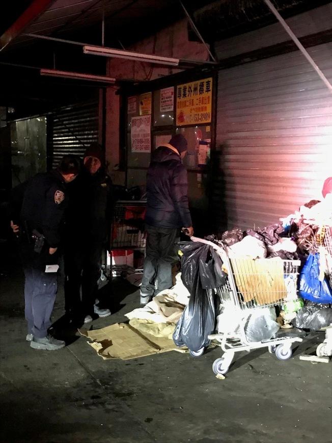 社區協調警員走上街頭慰問遊民。(市警提供)