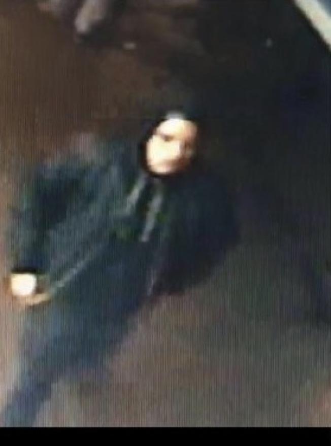 該名男子涉嫌步行在櫻桃大道和凱辛納大道間打傷一名遊民。(市警提供)