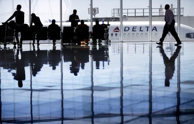 亞特蘭大國際機場2018年再度蟬聯全球最忙碌機場。圖為該機場旅客在達美航站候機。(美聯社)