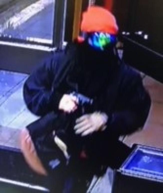 嫌犯全副武裝進入店內持槍要求店員交出櫃檯現金。(爾灣警局提供)