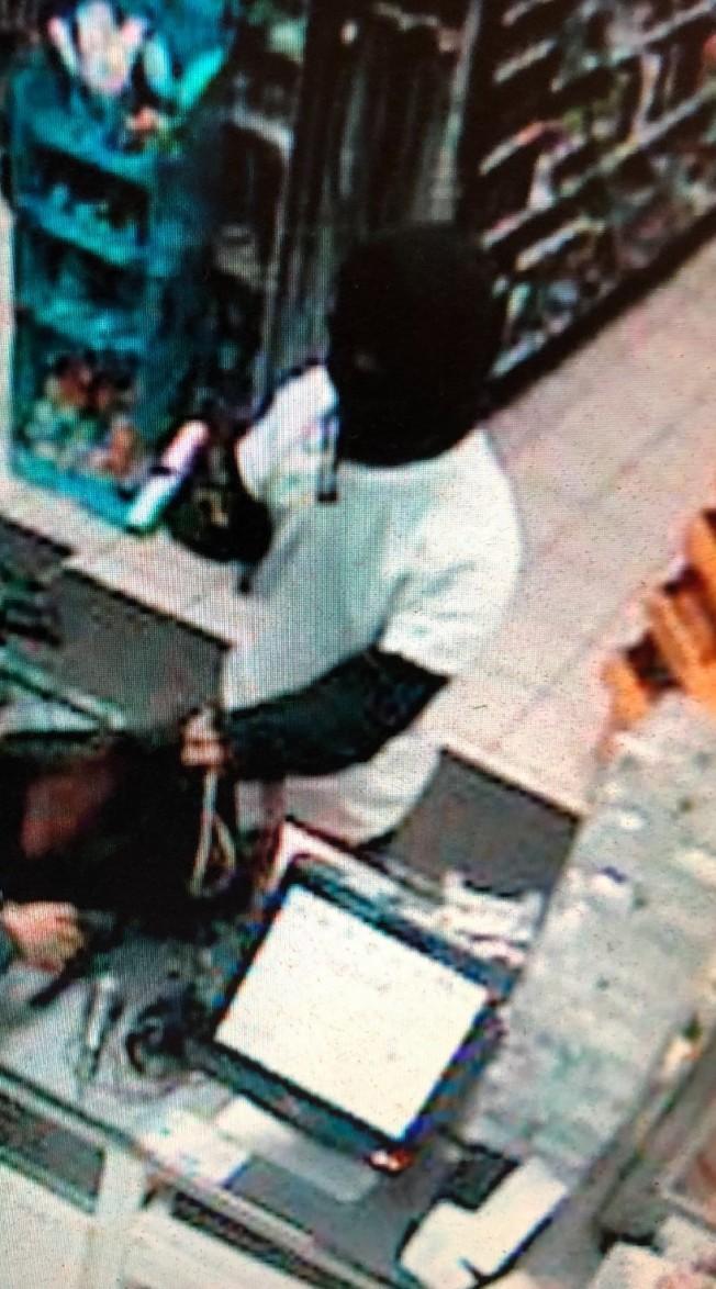 警方懷疑7-Eleven便利店有兩名嫌犯作案。(爾灣警局提供)