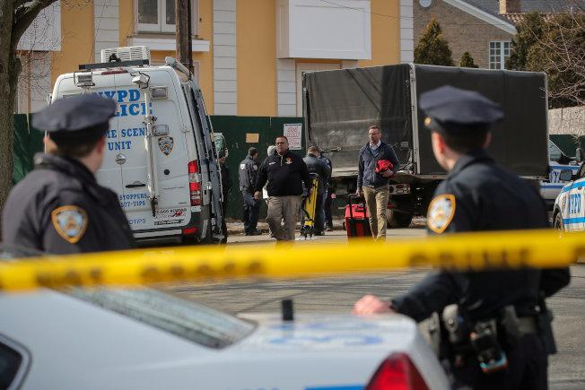紐約黑手黨甘比諾家族頭目卡里在史泰登島自家門口被暗殺,警方鑑識人員在現場蒐證。(路透)