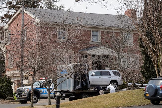 紐約黑手黨甘比諾家族頭目卡里在史泰登島自家門前被暗殺,圖為警方封鎖現場蒐證。(路透)