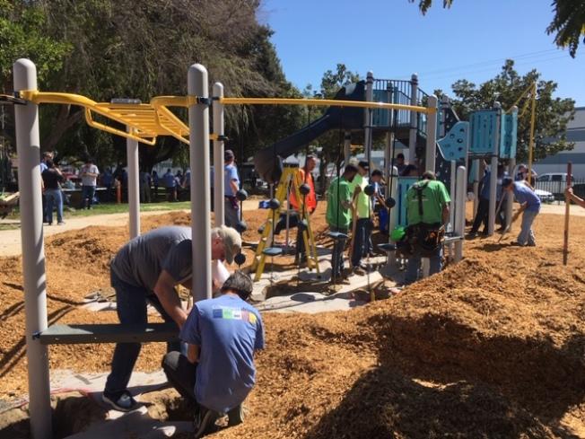 聖蓋博市史密斯兒童樂園改造升級工程14日登場,不少市民在内超過220名義工在一天内更新了公園内兒童滑梯,新增秋韆、涼亭、沙坑、座椅等休閒設施。(記者楊青/攝影)