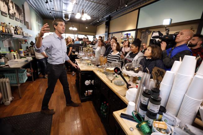 歐洛克演講時動作很多,圖為他在愛阿華州一家咖啡廳演講,講到興起竟跳上桌子講話。(美聯社)