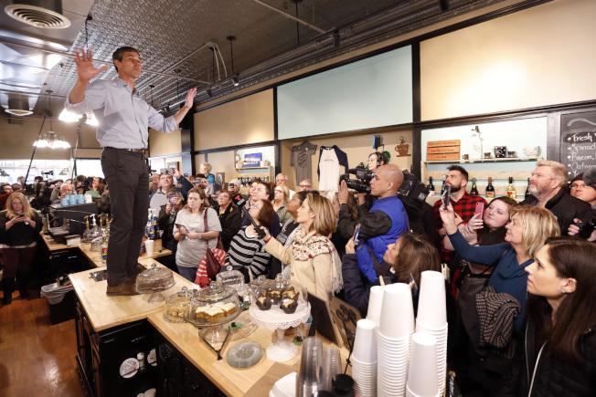 前德州國會眾議員歐洛克宣布爭取2020年民主黨總統候選人提名,圖為歐洛克在愛阿華州柏靈頓一家咖啡廳,站在桌上向選民演說。(美聯社)