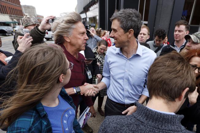 前德州國會眾議員歐洛克宣布爭取2020年民主黨總統候選人提名,圖為歐洛克在愛阿華州柏靈頓一家咖啡廳外面與選民握手寒暄。(美聯社)