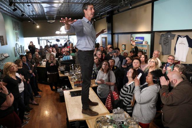 前德州國會眾議員歐洛克宣布爭取2020年民主黨總統候選人提名,圖為歐洛克在愛阿華州柏靈頓一家咖啡廳,站在桌上向選民演說。(路透)