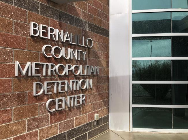 新墨西哥州伯納里羅郡雖實行移民庇護政策,但所屬的部分城市依舊向移民當局提供資料。圖為該郡拘留中心。(美聯社)