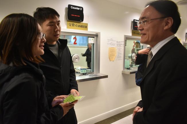 中國駐舊金山總領事王東華(右)祝賀兩名中國遊客率先使用移動支付方式完成繳費。(記者黃少華╱攝影)