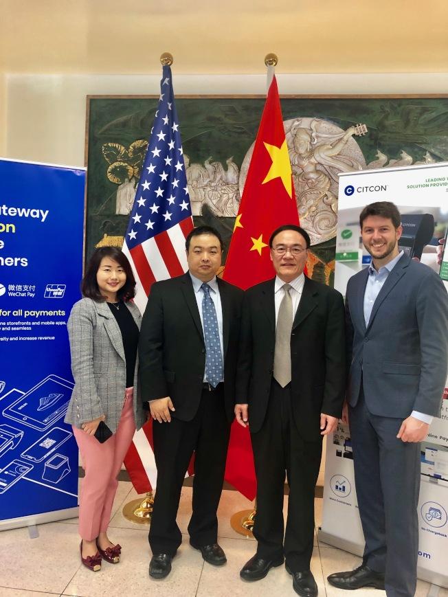 中國駐舊金山總領事王東華(右二)、盛康(CITCON)公司運營長蔣蔚(左二)和市場與公關首席代表楊靜(左一)出席移動支付開通儀式。(記者黃少華╱攝影)